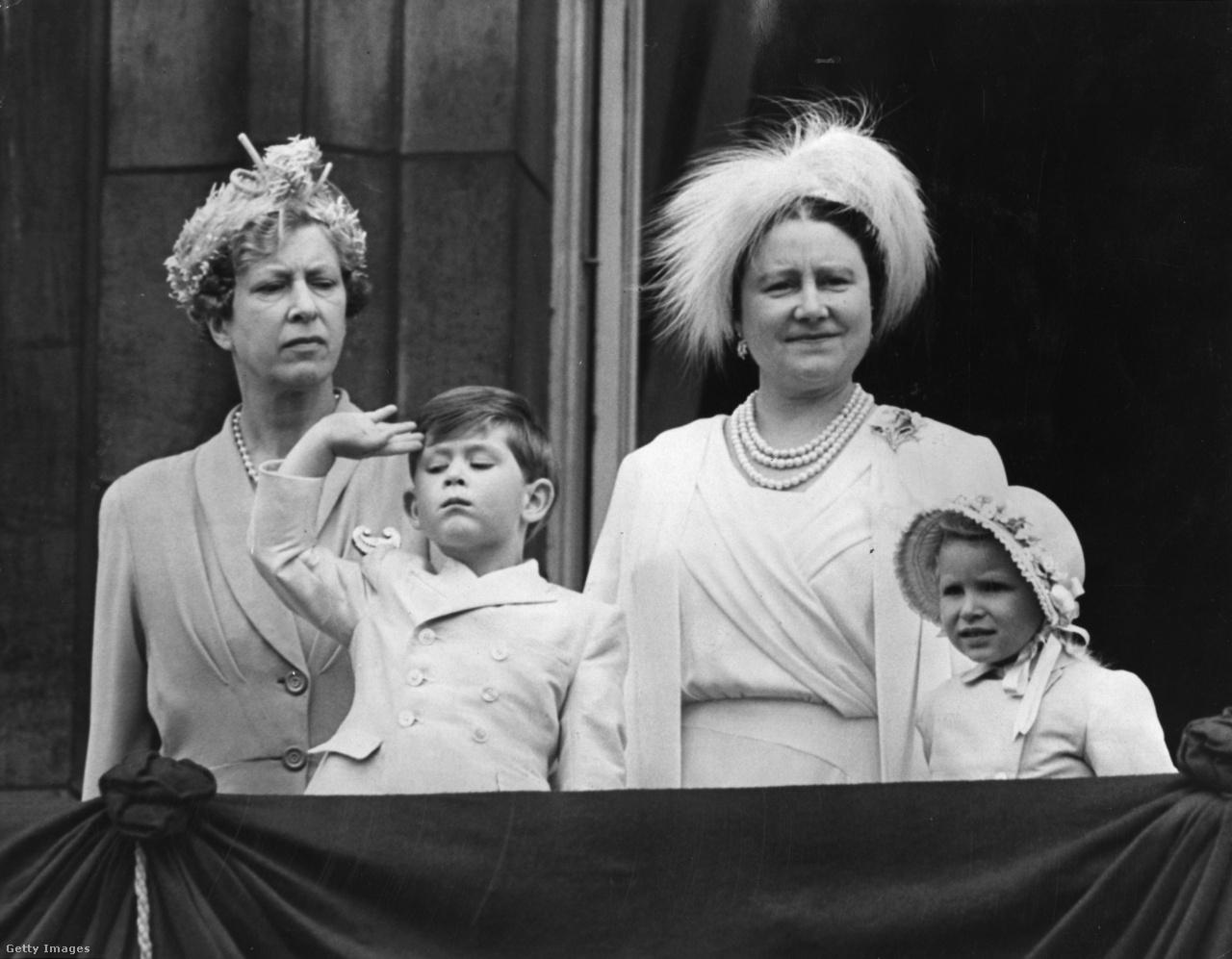 Az anyakirályné és két unokája, Károly trónörökös és Anna hercegnő 1953. június 11-én a Buckingham-palota erkélyén, balra Mária királyi hercegnő, a Princess Royal, V. György király lánya. Erzsébet különösen bensőséges viszonyt alakított ki unokáival. II. Erzsébetnek a fiatalon rászakadt uralkodói feladatok miatt kevés ideje maradt a gyerekekre. A koronázása után, 1953 novemberében hét hónapos világkörüli útra indult férjével, amelynek során 13 országot látogattak meg. Távollétében az anyakirályné látta el a reprezentációs feladatokat és nevelte az unokákat egészen 1954 májusáig.
