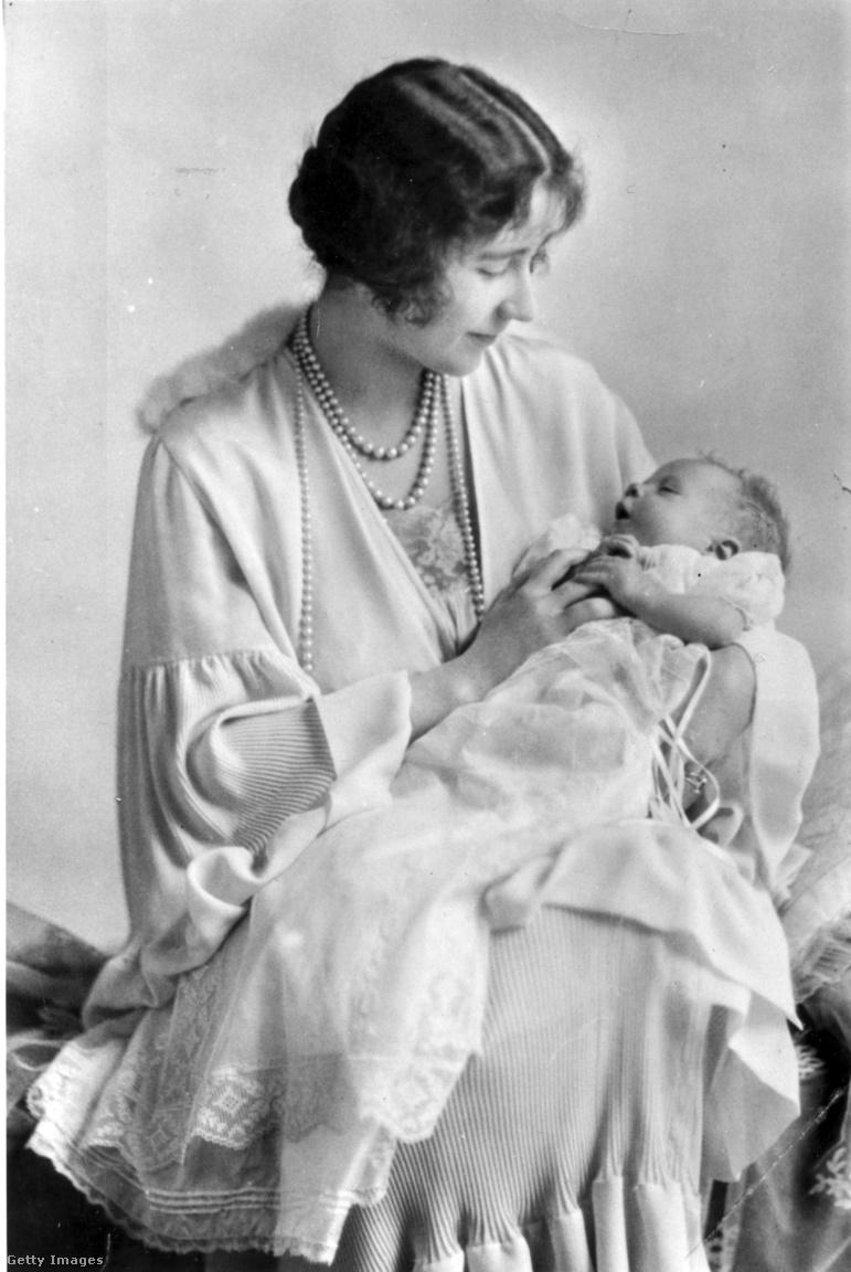 A fiatal arisztokrata lány huszonegy éves volt, amikor megismerkedett V. György király kisebbik fiával, Albert yorki herceggel. Bertie-t - ahogy a családban nevezték - az öröklési sorban megelőzte bátyja, a wales-i herceg, ezért senki nem gondolta volna, hogy valaha király lesz, de Elizabeth tartott a hercegnéi ranggal járó kötöttségektől. Bertie azonban kitartó volt, és a többszöri visszautasítás ellenére két évig udvarolt neki, míg Elizabeth 1923-ban végre igent mondott. Az ilyen szerelmi házasság akkoriban szokatlan volt az uralkodóházakban, az első világháborúig a brit királyi hercegek általában külföldi hercegnőket vettek feleségül. A yorki hercegi pár első kislánya, Erzsébet 1926. április 21-én született, a fénykép májusban készült. Négy évvel később még egy lányuk született, Margaret.