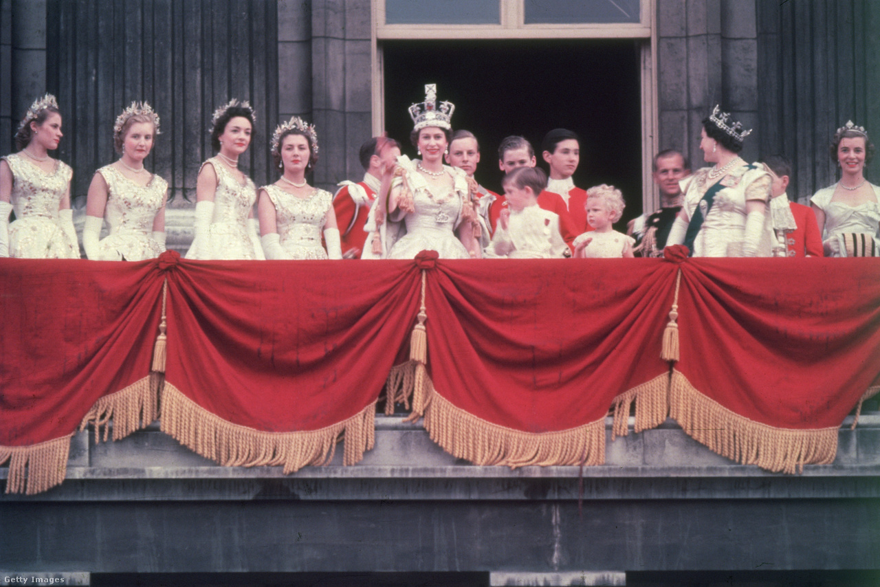 A királyi család a Buckingham-palota erkélyén 1953. június 2-án, II. Erzsébet koronázásának napján. Erzsébet Winston Churchill miniszterelnök biztatására tért vissza a kötelességeihez, és lánya koronázása után megint a királyi család aktív tagja lett. Júliusban már hivatalos látogatást tett Rhodesia brit gyarmaton.