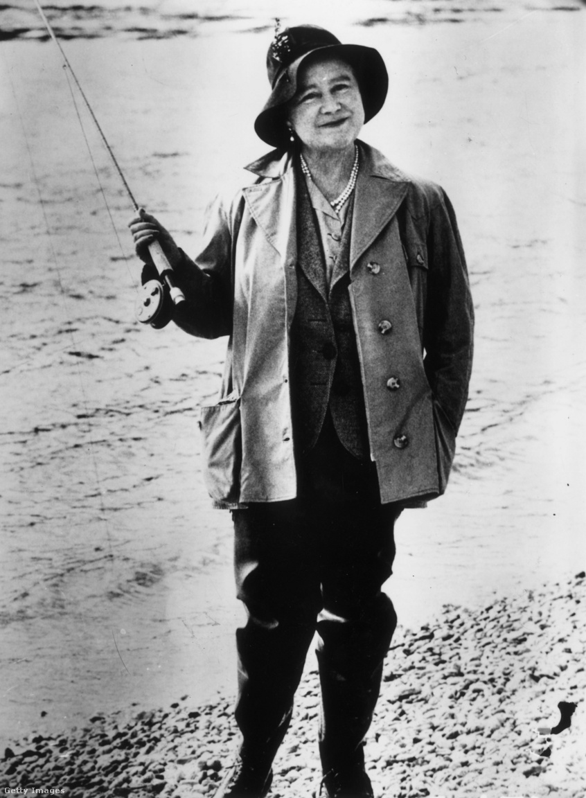 Erzsébet az új-zélandi Waikato folyó mellett 1966. április 29-én, szivárványos pisztráng-horgászaton. A Brit Birodalom felbomlása már a második világháború után megkezdődött, és az 1960-as években felgyorsult. A brit uralkodó azonban egy sor függetlenné vált ország államfője maradt, és a kapcsolatokat ápolni kellett. Lánya uralkodásának első két évtizedében az anyakirályné még sok hasonló utazást vállalt, Új-Zélandon például 19 napot töltött 1966-ban. A horgászat kislány kora óta kedvelt hobbija volt.