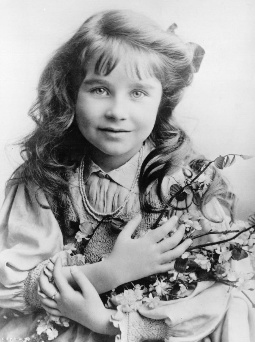 Elizabeth Bowes-Lyon skót főnemesi családba született, Lord Glamis kilencedik gyermekeként. Apai ágon a Lyon család a 14. századig tudta visszavezetni a családfáját, anyai ágon az egyik ükapja brit miniszterelnök volt. Elizabeth a soktornyú, középkori Glamis kastélyban nőtt fel a Skót-felföldön, és annyira szerette ezt a vidéket, hogy amikor 1952-ben megözvegyült, vett egy gyerekkori otthonához nagyon hasonló, elhagyatott középkori házat Skócia északi peremén. A Mey kastélyt élete végéig nyaralóként és vidéki birtokaként használta. A kopár, vad Skót-felföld iránti rajongását lánya, II. Erzsébet is örökölte.