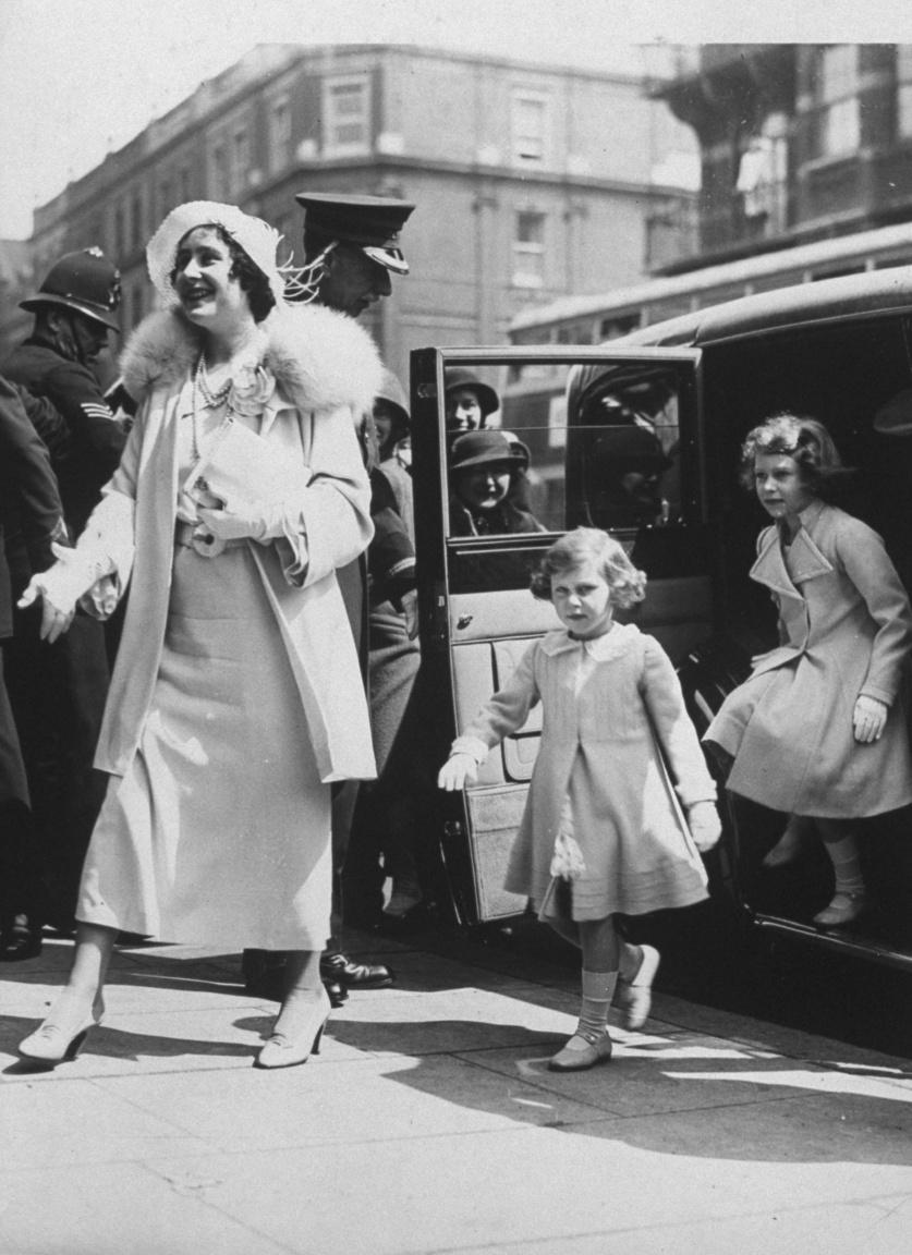 Erzsébet yorki hercegné és lányai érkezése a londoni Olympia kiállítási csarnokba a Royal Tournament katonai felvonulásra és ünnepélyre 1935-ben. A hercegi pár szeretetteljes, meleg családi életet élt szinte magánemberként, de egy évvel később, 1936 végén olyan felelősség szakadt rájuk, amire egyikük sem vágyott: Bertie bátyja egy elvált amerikai nővel folytatott, botrányos viszonya miatt kénytelen volt lemondani a trónról, és a hercegből VI. György néven a világ egyötödét magában foglaló Brit Birodalom uralkodója lett. Elizabeth élete végéig haragudott sógorára önzése miatt, és a lemondási krízis igencsak megtépázta a monarchia népszerűségét.