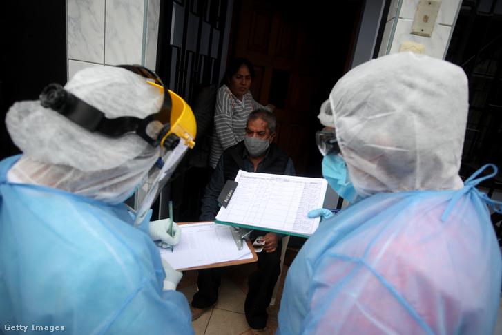 A lakosság magas kockázattal érintettek körében házról házra járva végeznek koronavírus gyorstesztet 2020. július 21-én afővárosban.