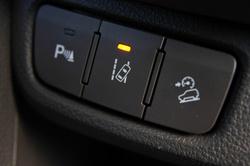 Sávelhagyás-figyelő, lejtmeneti automatika és parkradar. Utóbbi nélkülözhetetlen, mert hátra kilátni alig lehet
