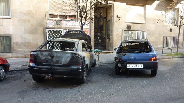 A teljesen kiégett autók még napokkal a tűz után is a helyükön álltak