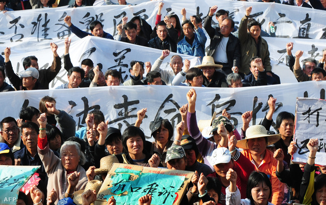 Wukan halászfalu lakói tiltakoznak az illegális földelvétel ellen és egyik helyi vezetőjük halála miatt