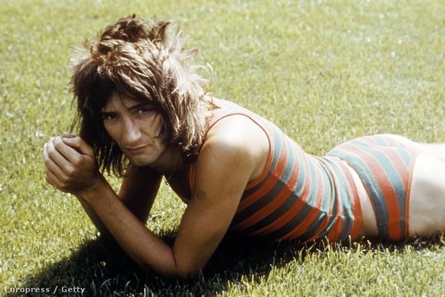 Rod Stewart 1972-ben, mintha strandolna