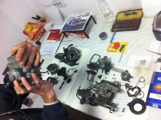 A karburátoros szakműhelyben természetesen műtőaszatlon fekvő Strombergeket is meg lehet tekinteni