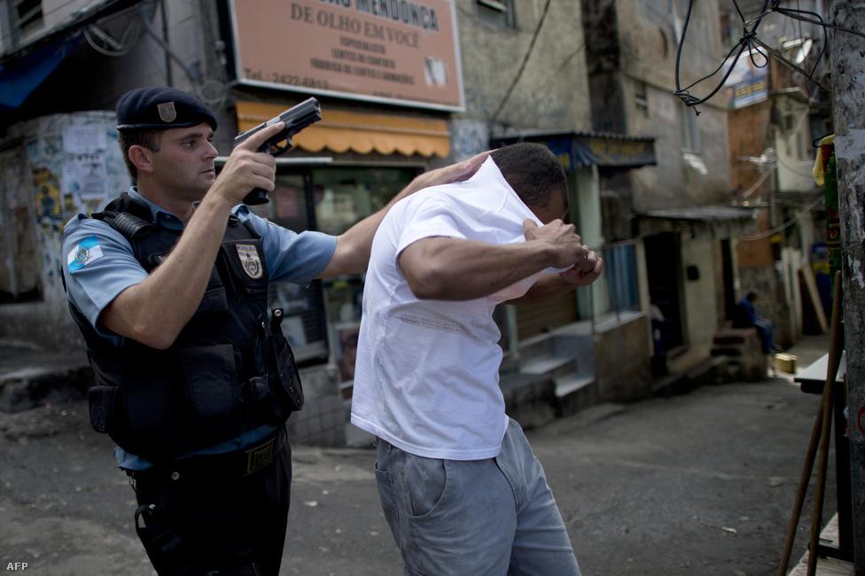 Rocinha, Rio de Janeiro, Brazília. Az ötven városból 14 Brazíliában található. Sokmilliós lakossága miatt a gyilkossági arányszám kisebb, mint a listán szereplő városoké, a sokszáz favellával rendelkező Rio azonban folyamatos harcot vív a rendőrség a közbiztonságért