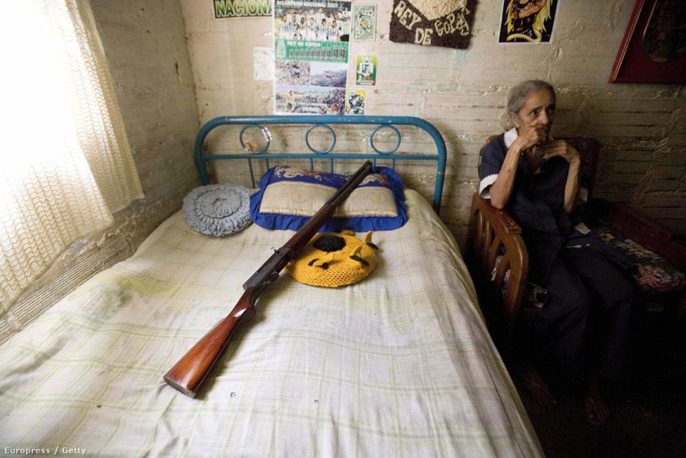 Medellín, Kolumbia, 14. hely. Lélekszám: 2 309 446. 100 ezer lakosra                         jutó gyilkosságok száma: 70,32                         A nyolcvanas években a világ legveszélyesebb városa volt, innen                         irányította minden idők legnagyobb drogbárója, Pablo Escobar a világ                         kokainpiacának 80 százalékát uraló Medellin kartelt. Amikor Escobar                         vérdíjat tűzött ki minden kolumbiai rendőr fejére, a medellini éves                         gyilkossági mutató 25 ezer fölé kúszott - ehhez képest most béke és                         nyugalom honol a városban a tavalyi alig 1600 gyilkossággal. Miután                         Escobart évekig tartó hajtóvadászat után 1993-ban megölte az amerikai                         titkosszolgálat, és a kokaintermelés központja Mexikóba vándorolt,                         Kolumbiában lassan helyreáll a rend, a gyilkosságok száma folyamatosan                         csökken. Jelenleg az Office of Envigado és a Los Urabeños bandák közti                         háború szedi a legtöbb áldozatot.