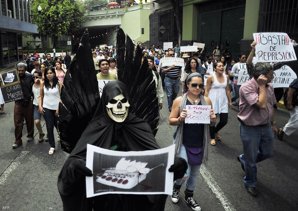 Veracruz, Mexikó, 18. hely. Lélekszám: 697 414. 100 ezer lakosra jutó                         gyilkosságok száma: 59,94                         Mexikó legrégebbi és legnagyobb kikötővárosa az ország keleti részén,                         a Mexikói-öböl partján. A többi mexikói nagyvároshoz hasonlóan a                         drogháború áldozata, mivel kikötőváros lévén a csempészútvonalak                         fontos állomása. 2011 óta számít a Zetas és a Sinaloa drogkartellek                         közti háború egyik legfontosabb helyszínének: aki a várost uralja, a                         drog egyik legfontosabb elosztóközpontját tartja a kezében. A                         drogháború szereplői szeretnek látványosan példát statuálni: az elmúlt                         másfél évben Veracruzban 19 túl kíváncsi újságírót öltek meg.
