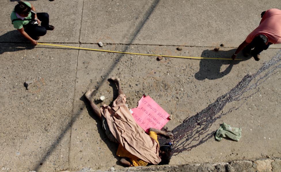 Acapulco, Mexikó, 4. hely. Lélekszám: 804 412. 100 ezer lakosra jutó                         gyilkosságok száma: 127,92                         Mexikó első számú turistaparadicsoma a Csendes-óceán partján, csodás                         strandokkal, nyüzsgő éjszakai élettel, és a turizmus milliárdos                         piacáért háborúzó bűnszövetkezetekkel. Egy-egy karácsonykor, vagy                         tavaszi szünetben 3-400 ezer amerikai turista is megfordul itt, mert                         egyrészt jó idő van, másrészt nincs 21 éves korhatár az                         alkoholfogyasztásra, mint otthon. A drogüzletből hatalmas hasznot húzó                         kartelek többek között itt próbálják legális bizniszekbe forgatni és                         befektetni a pénzüket, és a feszültségeket a szokásos módszereikkel                         vezetik le. A turistákra persze nagyon vigyáznak közben, de azért jó                         ha az ember nem téved a város árnyékos oldalára.