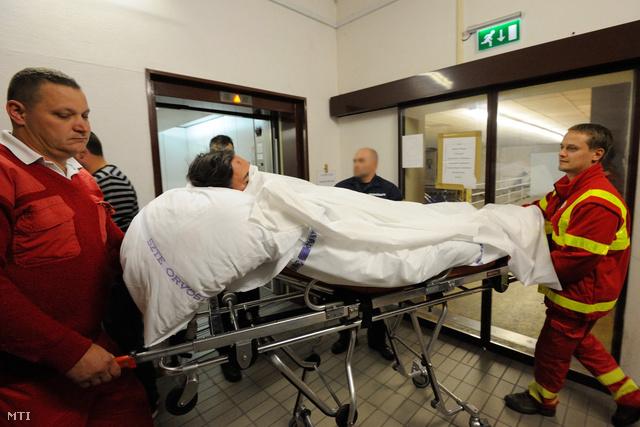 Mentősök szállítják el a Szegedi Tudományegyetem traumatológiai klinikájáról 2012. október 12-én azt a 34 éves osztrák férfit