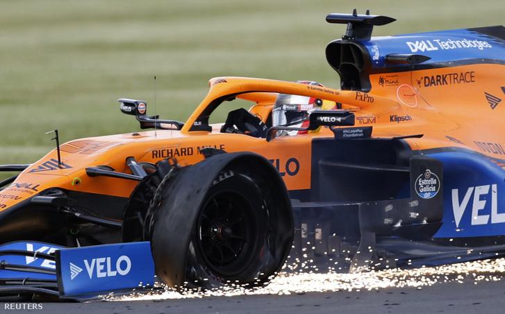 Carlos Sainznál is a bal első lett defektes a McLarenen
