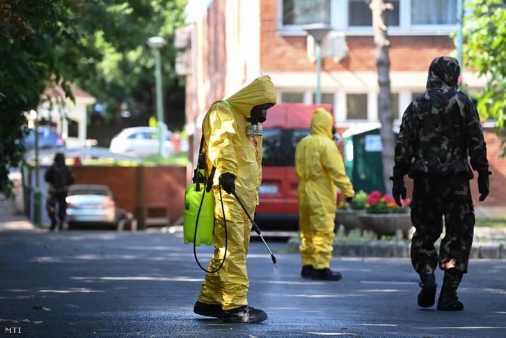 A Magyar Honvédség katonái a főváros által fenntartott XVII. kerületi Pesti úti idősotthonban 2020. július 20-án amelyet megelőző intézkedésként újra fertőtlenítenek.