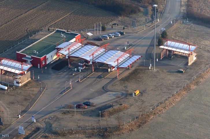 A barabási határátkelõhely a magyar-ukrán határon