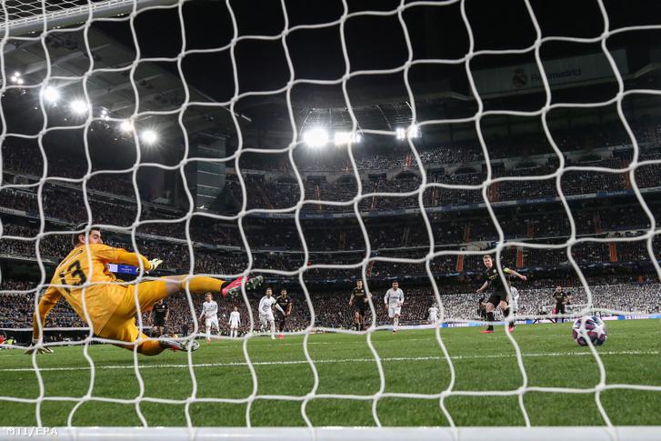 Kevin De Bruyne, a Manchester City játékosa (j) gólt lő Thibaut Courtois-nak, a Real Madrid kapusának a labdarúgó Bajnokok Ligája nyolcaddöntőjében játszott Real Madrid - Manchester City első mérkőzésen a madridi Santiago Bernabeu stadionban 2020. február 26-án. A Manchester City 2-1-re győzött.
