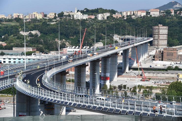 Munkások dolgoznak az épülõ új genovai autópályahídon 2020. július 30-án
