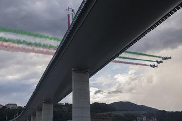 Az olasz légierő Frecce Tricolori nevű akrobatacsoportjának gépei a híd átadási ünnepségén