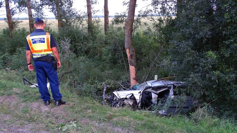 Összeroncsolódott személyautó a Gyomaendrőd és Körösladány közötti út melletti árokban 2020. augusztus 3-án. A gépjármű vezetője meghalt, miután autójával letért az útról és fának ütközött. (MTI/MTVA)
