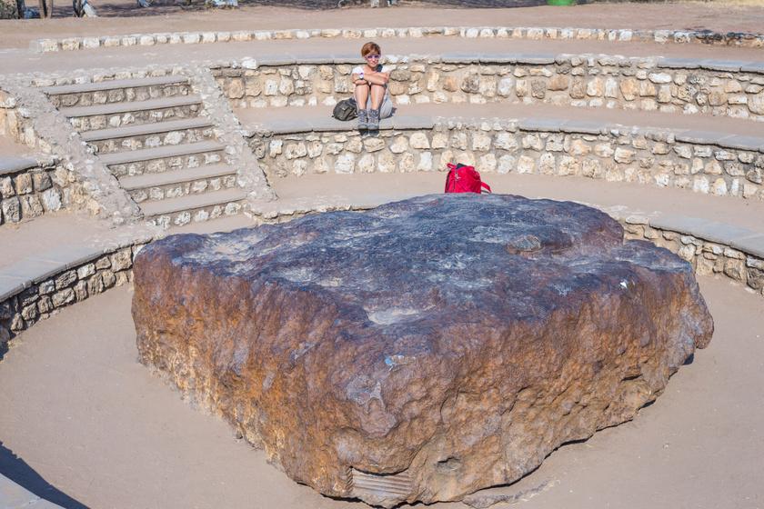 A főleg vasból és nikkelből álló Hoba meteoritot 1920-ban találták Namíbiában. Kutatók szerint 80 ezer évvel ezelőtt csapódhatott a Földbe, 66 tonnás volt, de az idők során sokan vittek belőle emlékbe vagy tudományos kutatásra, az erózió sem kímélte, így most 60 tonna körül van.