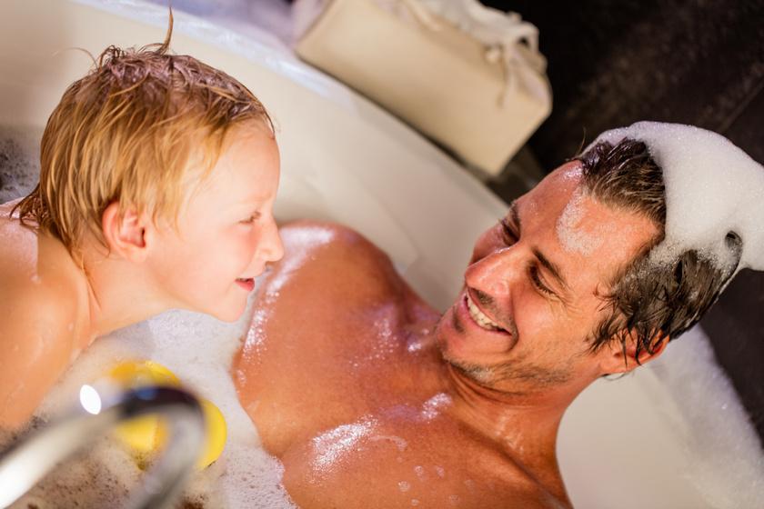 Meddig meztelenkedjen a szülő a gyerek előtt? Ebben a korban már zavarba hozhatja a kicsiket