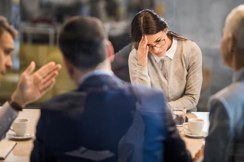 Nagyobb társaságban folyton szorongsz? A terapeuta szerint így küzdhető le a félelem és a stressz