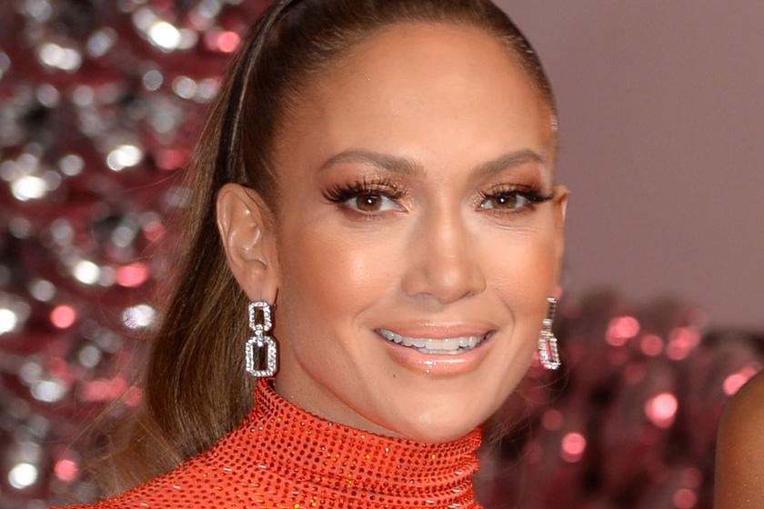 Jennifer Lopez smink nélküli fotója: az 51 éves énekesnő így néz ki több réteg festék nélkül