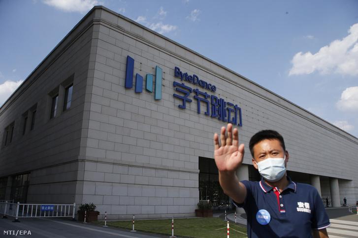 Biztonsági őr a TikTok-ot tulajdonló ByteDance vállalat pekingi központja előtt 2020. augusztus 3-án.