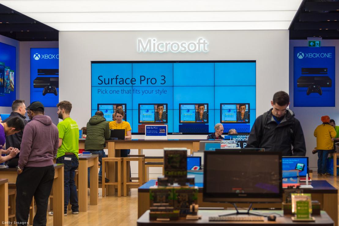 Vásárlók egy Microsoft üzletben