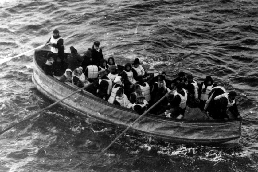A D jelű mentőcsónak a mentést végző Carpathia nevű gőzösről fotózva.