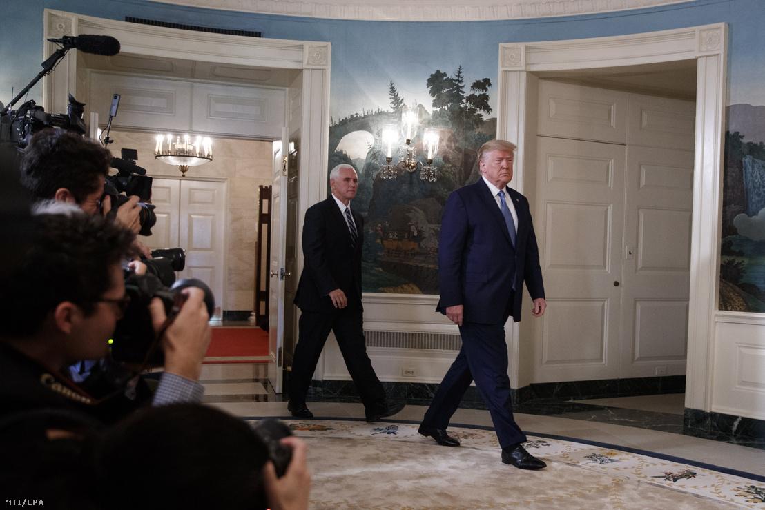 Donald Trump és Mike Pence a Fehér Házban 2019. október 23-án. Trump bejelentette hogy az amerikai kormány feloldja a Törökország ellen hozott szankciókat miután a Szíriában megkötött tűzszünet tartósnak látszik.