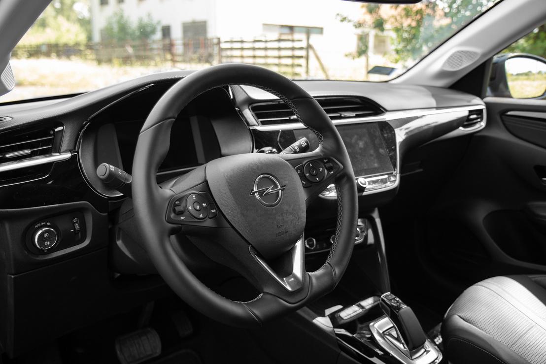 Ez egy Opel belső ennek minden előnyével és hátrányával: minden könnyen elérhető és egyértelmű, de semmi kreatív vagy izgalmas megoldás.