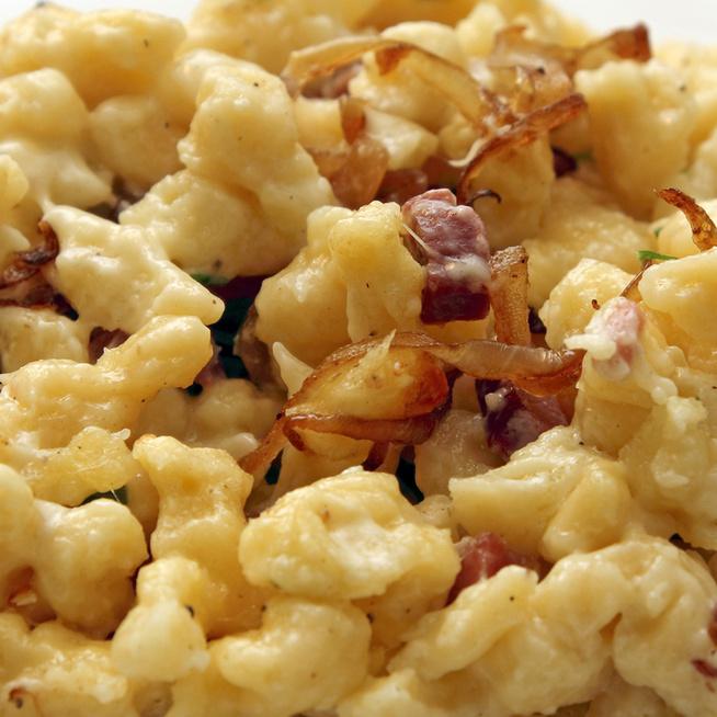 Kiadós tojásos nokedli osztrák módra: sajt, hagyma és szalonna is gazdagítja