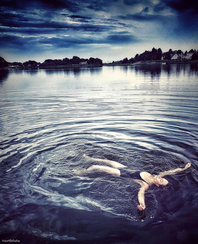 Naomi Watts pedig merült egy kellemeset, a pillanatot pedig valaki meg is örökítette, igaz, kissé furcsa színezéssel.