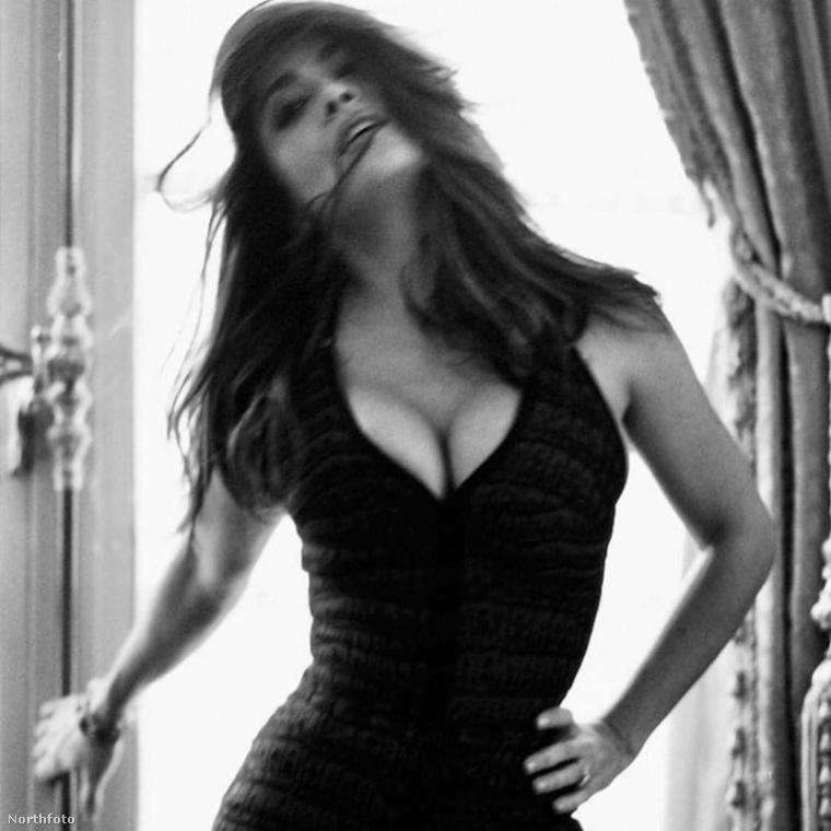 Salma Hayek - akárcsak Bruce Willis lánya - fekete fehérben szexizett egyet.