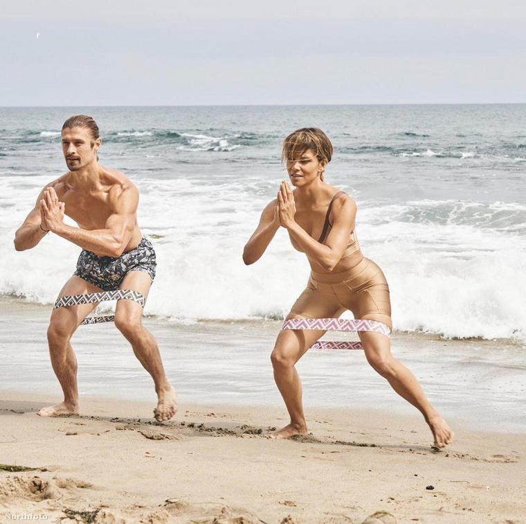 A kockahasú Halle Berry a tengerpartra sem csak henyélni jár
