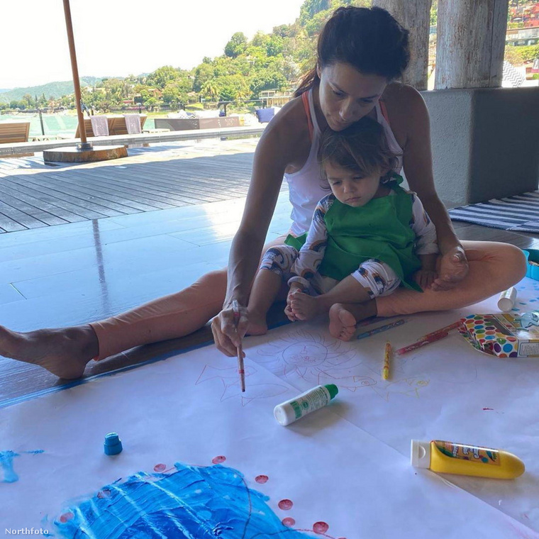 Ahogyan Eva Longoria sem, aki közösen festegetett kétévesével.