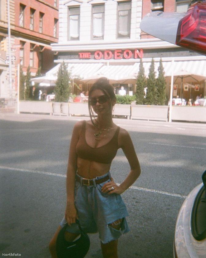 Emily Ratajkowski leugrott kicsit a városba, ahol retro stílusban lefotózkodott