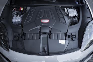 A 3,6-os V6 fölé újra raktak V8-ast