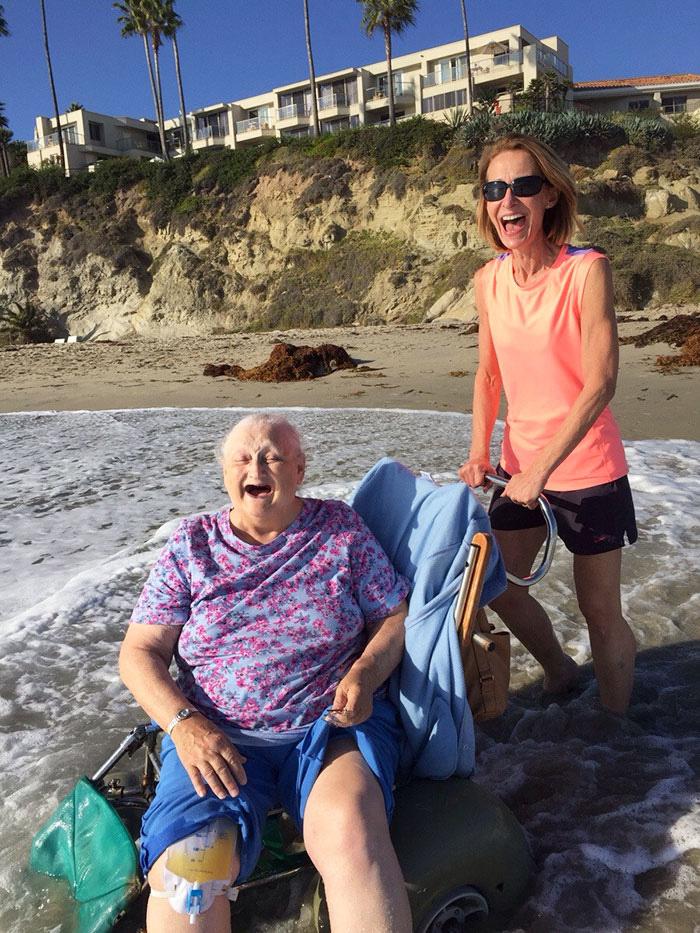 A nagymama szerette volna utoljára látni az óceánt, mielőtt beköltözik a hospice-házba. Unokája teljesítette kívánságát, az idős hölgy arca pedig mindent elmond: végtelen boldogság tükröződik róla.
