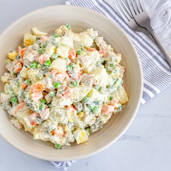 Tartalmas orosz zöldségsaláta majonézzel nyakon öntve – Hidegen falatozva a legfinomabb