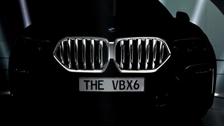 BMW Vantablack X6 hűtőrácsa a Frankfurti Nemzetközi Autószalonon 2019. szeptember 13-án. MTI/EPA/Sascha Steinbach