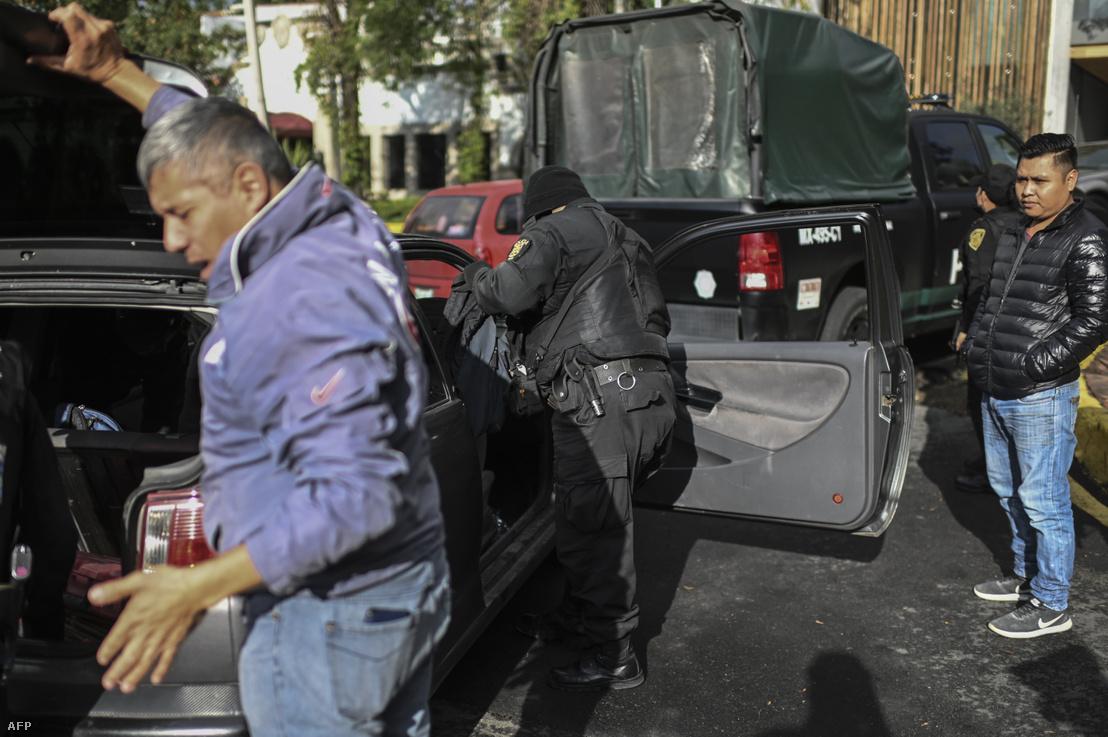 Helyszínelő rendőrök Omar Garcia Harfuch autóját vizsgálják a 2020. június 26-án elkövetett támadás után.