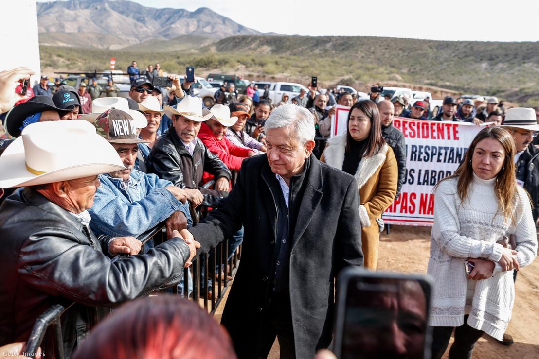 Andrés Manuel López Obrador a La Mora közösséggel való találkozása alkalmával Mexikó északi részén, Sonora államban 2019. január 12-én. Az elnök két hónappal azután találkozott a mormon családokkal, miután a hozzájuk tartozó 6 gyerek és 3 nő halt meg egy drogkartell által elkövetett támadásban.