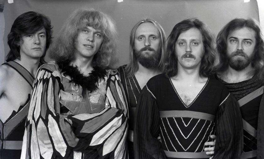 Az Omega együttes 1974-ben: balról jobbra Debreczeni Ferenc, Benkő László, Mihály Tamás, elöl Kóbor János és Molnár György.