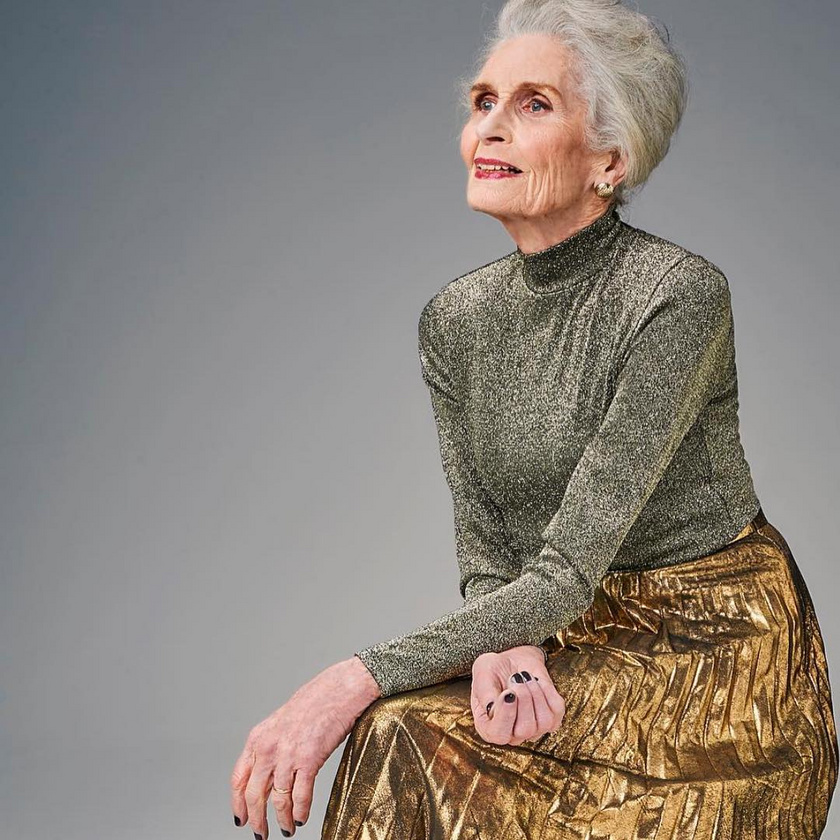 A 92 éves modell minden mozdulatából sugárzik a kifinomultság és nőiesség, és remekül tudja viselni az időtlen darabokat is.
