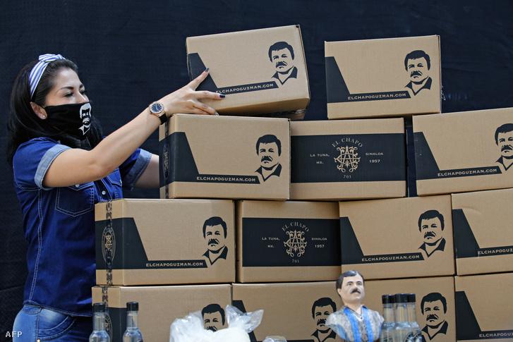 Az Alejandrina Guzman Alapítvány alkalmazottja El Chapo Guzman képével ellátott élelmiszer adományt tartalmazó dobozokat rendez, 2020, április 17-én, a mexikói Guadalajara városban.