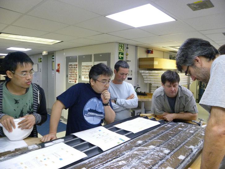 Morono Juki (balról a második) és Steven D'Hondt (jobbról a második) az alapmintákkal
