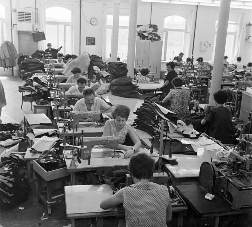 Lázas munka folyt 1968-ban ebben a magyar ruhagyárban.